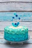 Um bolo de aniversário ciano e azul da camada foto de stock