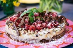 Um bolo de aniversário na tabela foto de stock royalty free