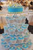 Um bolo de casamento do queque do Frangipani na recepção foto de stock