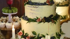 Um bolo de casamento tradicional e decorativo no copo de água filme