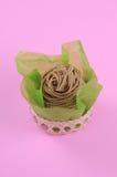 Um bolo de montblanc no fundo cor-de-rosa Foto de Stock