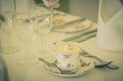 Um bolo do copo do casamento do vintage na xícara de chá Fotos de Stock Royalty Free