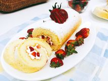 Um bolo do rolo com morango Foto de Stock Royalty Free
