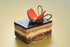 Um bolo do short do chocolate com a morango cortada em g imagem de stock