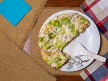 Um bolo feito dos biscoitos, decorados com fatias do quivi, mentiras em uma placa branca fotos de stock