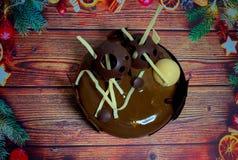 Um bolo festivo bonito em um fundo de madeira Fotografia de Stock