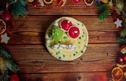 Um bolo festivo bonito em um fundo de madeira Imagem de Stock Royalty Free