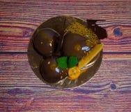 Um bolo festivo bonito em um fundo de madeira Fotos de Stock Royalty Free