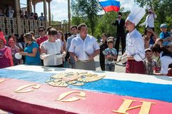 Um bolo na forma da bandeira de Rússia Fotos de Stock Royalty Free