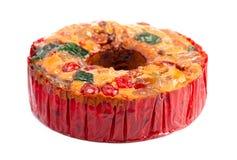 Um bolo redondo do fruto com abacaxis e porcas das cerejas em um fundo branco imagens de stock