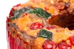 Um bolo redondo do fruto com abacaxis e porcas das cerejas em um fundo branco imagem de stock