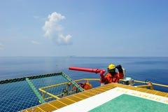 Um bombeiro a pouca distância do mar Foto de Stock