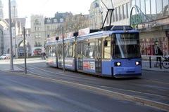 Um bonde azul em Munich do centro em uma manhã brilhante do ` s do inverno Imagens de Stock Royalty Free