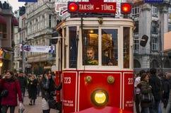 Um bonde histórico na frente da estação de Beyoglu de Tunel no fotografia de stock
