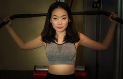 Um bonito asiático está fazendo o exercício imagem de stock