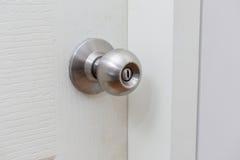 Um botão de porta de aço é fechado imagens de stock