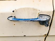 Um botão de porta oxidado oxidado da prata do metal do cromo do moderno retro idoso do vintage com um botão retro para um 60s, 70 imagem de stock royalty free