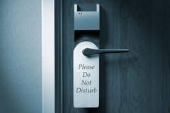 Um botão de uma porta do hotel com ` por favor não perturba a etiqueta do ` Fotos de Stock
