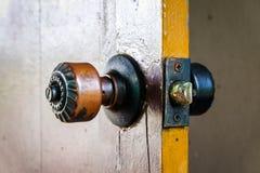 Um botão na porta de madeira velha fotos de stock royalty free