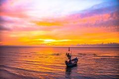 Um bote amarrado na praia Fotos de Stock