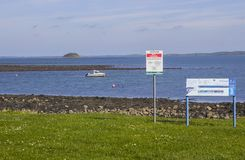 Um bote amarrado no mar em Killyleagh Irlanda do Norte fotos de stock