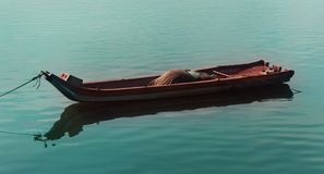 Um bote que espera um pescador imagens de stock royalty free