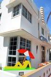 Um boutique hotel luxuoso na movimentação do oceano imagens de stock royalty free