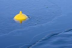 Uma bóia amarela pequena Imagens de Stock