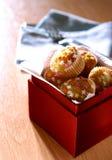 Um boxful do presente de mini queques Imagens de Stock