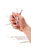 Um braço do homem está debulhando cigarros Imagens de Stock Royalty Free