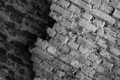 Um brickwall inclinado em preto e branco fotografia de stock royalty free
