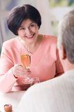 Um brinde sênior feliz dos pares Foto de Stock Royalty Free