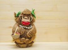 Um brinquedo, uma lembrança, um macaco esquecido com grânulos, um saco de Idum, cinzelado de uma porca inteira da palma de coco imagens de stock royalty free