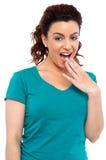 Um brunette bonito espantado Fotos de Stock