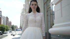 Um brunnet está estando em um vestido de casamento vídeos de arquivo