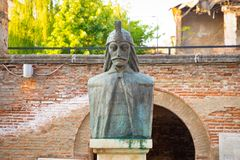 Um busto de Vlad Tepes, Vlad o Impaler, a inspiração para Dracula, na corte principesco velha, Curtea Veche, dentro imagens de stock
