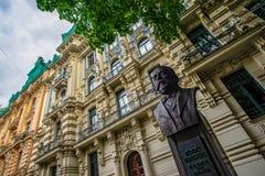 Um busto do prefeito e de fachadas anteriores de Art Nouveau em Riga fotografia de stock