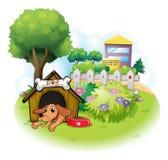 Um cão dentro de uma casa de cachorro através das construções grandes Fotos de Stock Royalty Free