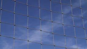 Um céu azul atrás de uma rede do objetivo video estoque