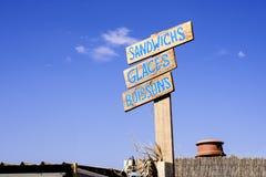 Sinais de Snackbar na praia francesa Foto de Stock Royalty Free