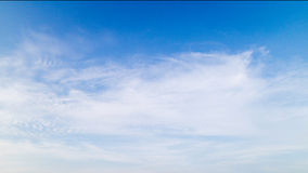 Um céu azul com nuvens Imagens de Stock