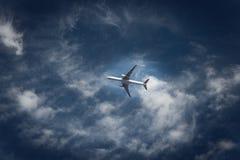 Um céu azul do voo plano Imagens de Stock