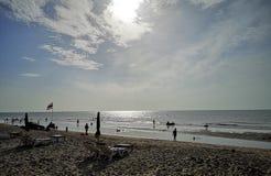 Um céu e um mar bonitos em Tailândia foto de stock