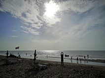 Um céu, um mar e uma silhueta bonitos em Tailândia Fim de semana longo maravilhoso com família foto de stock royalty free