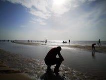 Um céu, um mar e uma silhueta bonitos em Tailândia Fim de semana longo maravilhoso com família fotos de stock royalty free