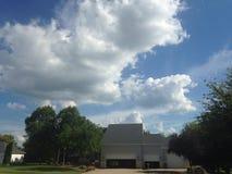Um céu nebuloso atrás de uma casa bonita Imagem de Stock Royalty Free