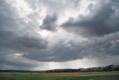 Um céu nebuloso do dia em um vale montanhoso verde fotografia de stock royalty free