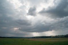 Um céu nebuloso do dia em um vale montanhoso verde fotos de stock royalty free