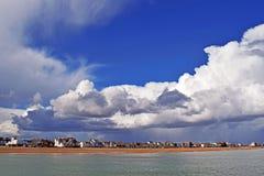 Um céu nebuloso muito dramático sobre o litoral de Kent fotos de stock