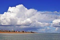 Um céu nebuloso muito dramático sobre o litoral de Kent foto de stock
